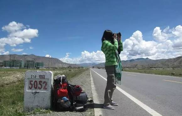 原标题:川藏线自驾途中,那些惊艳过你的沿途美景  没走川藏线之前,我们都对川藏线景色景点有憧憬,川藏线到底著名的景点有哪些,下面给大家梳理了一些川藏线著名景点。  五明佛学院:色达喇荣五明佛学院是目前世界上最大的藏传佛学院之一。坐落在四川省色达县洛若乡境内的喇荣山谷里,海拔4000米左右。这里僧舍壮观,连绵数公里的山谷,布满了密密麻麻的红色小木棚屋。在佛学院最高的山峰上,有一个金碧辉煌的建筑,叫做坛城,转绕坛城可以忏罪,消灾,祈福,来自于世界各地的信徒在此朝拜,转经祈福。  甲居藏寨,甲居,藏语的本