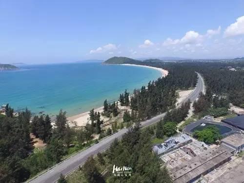 万宁石梅湾至大花角旅游公路有近一半路程可以看到大海,具有观光旅游